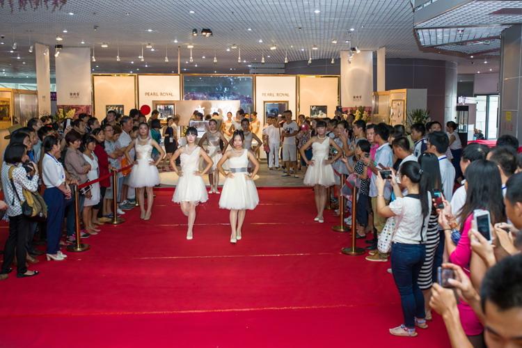南珠宫参展2014北海国际珍珠展期间北海市常务副市长林山青视察展位